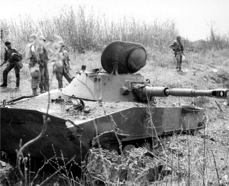 ПТ-76, подбитый в сражении у лагеря спецназа Бен-Хет, Южный Вьетнам, 1969 год