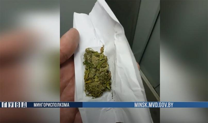 Наркокурьер и потребитель запрещенных веществ задержаны в столице.