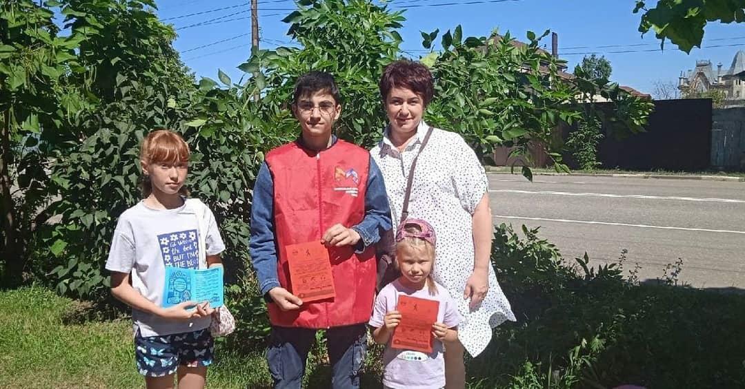 Волонтёры центра «Молодёжь плюс» напомнили петровчанам о правилах поведения на дороге